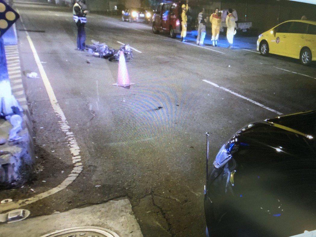 台南市永康區凌晨發生機車與計程車對撞車禍,釀成1死2傷慘劇。機車騎士女大生送醫急...