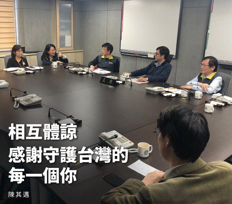 行政院副院長陳其邁,表示在去年12月31日,他就在行政院召開第一次的防疫專案會議,判斷是新冠肺炎(武漢肺炎)可能造成大流行。取自陳其邁臉書