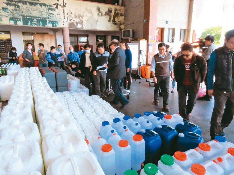 三重先嗇宮捐出2千公斤洗手乳、6千公升次氯酸水,分送給三重、蘆洲地區的學校。 記...