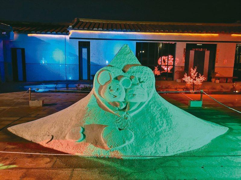 西園鹽場在金門縣文化局的巧手布置下,成堆的鹽堆搭配燈光,甚至不少情侶選擇到此浪漫約會。 記者蔡家蓁/攝影