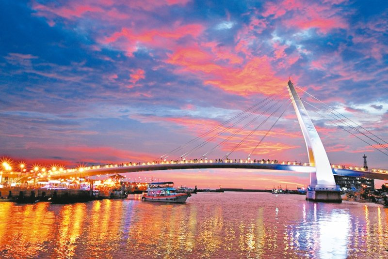 淡水一日遊,夜晚還能欣賞情人橋光雕。 圖/新北漁管處提供