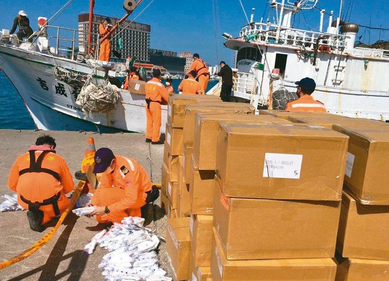 澎湖漁船吉成發號昨準備出海時,遭安檢所人員查獲船艙內載運多達7.1萬個來源不明的口罩。 圖/澎湖第七岸巡隊提供