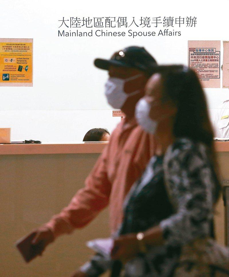 圖為桃園機場第一航廈入境區的大陸地區配偶入境手續申辦櫃台。 記者陳嘉寧/攝影
