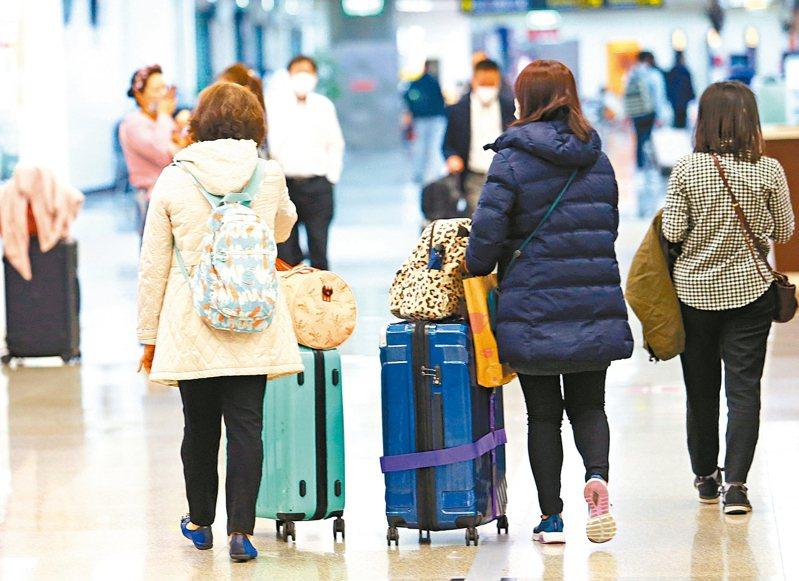 陸配子女入境政策急轉彎,指揮官陳時中昨天宣布,陸配子女須有我國國籍,才能入境。圖為松山機場入境旅客。 記者杜建重/攝影