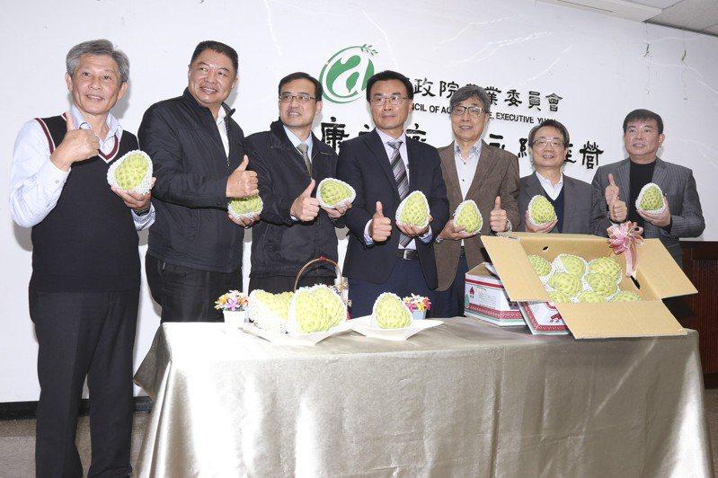 農委會主委陳吉仲(中)日前與電商通路代表共同召開記者會,將大力協助促銷台灣農產品。 圖/東森購物提供