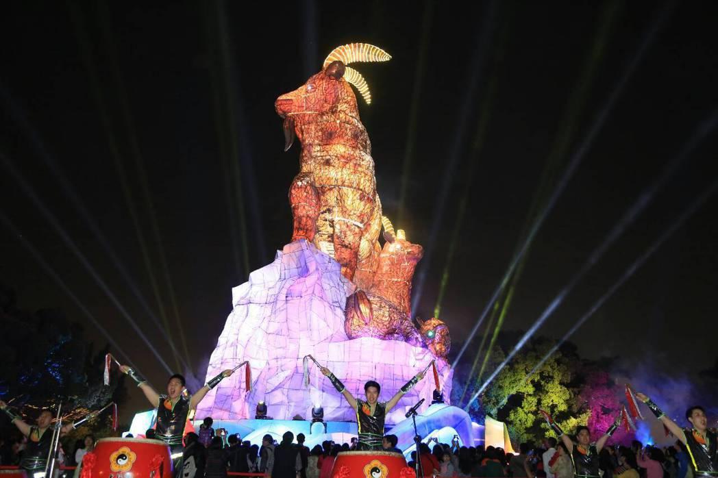 歷來台灣燈會的主燈中,就屬2003羊年主燈「吉羊康泰」最風光!經過17年,這盞主...