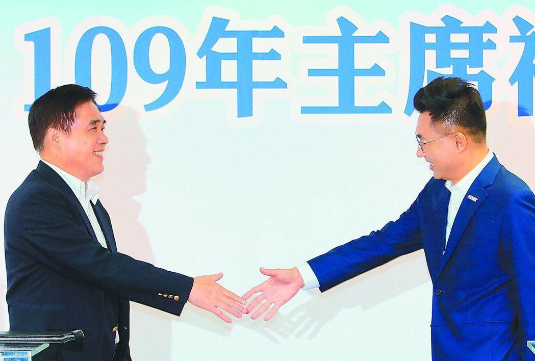 國民黨主席補選政見會登場,郝龍斌(左)與江啟臣(右)握手致意。記者潘俊宏/攝影