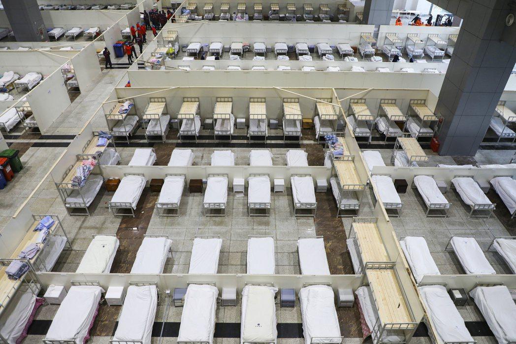 武漢雷神山醫院內的大型病房,擁有上千張病床。 (美聯社)
