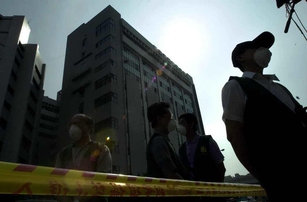 SARS疫情期間,收治SARS患者的醫院很容易成為超級傳播中心。圖為2003年因...