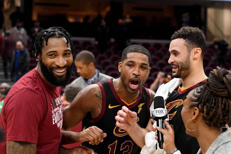 騎士三塔湯普森(中)、南斯(右)和佐蒙德(左)聯手拿下64分38籃板,且投進五顆三分球,成為球隊贏球的關鍵。 法新社