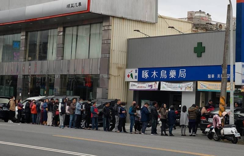 民眾排隊購買口罩。聯合報系資料照/記者戴永華攝影