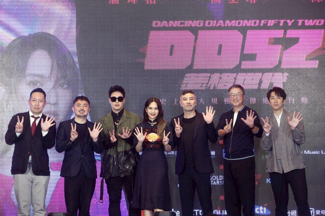 潘璋柏(左三)、楊丞琳(左四)與陳漢典(右一)昨天出席新選秀節目「菱格世代DD5...