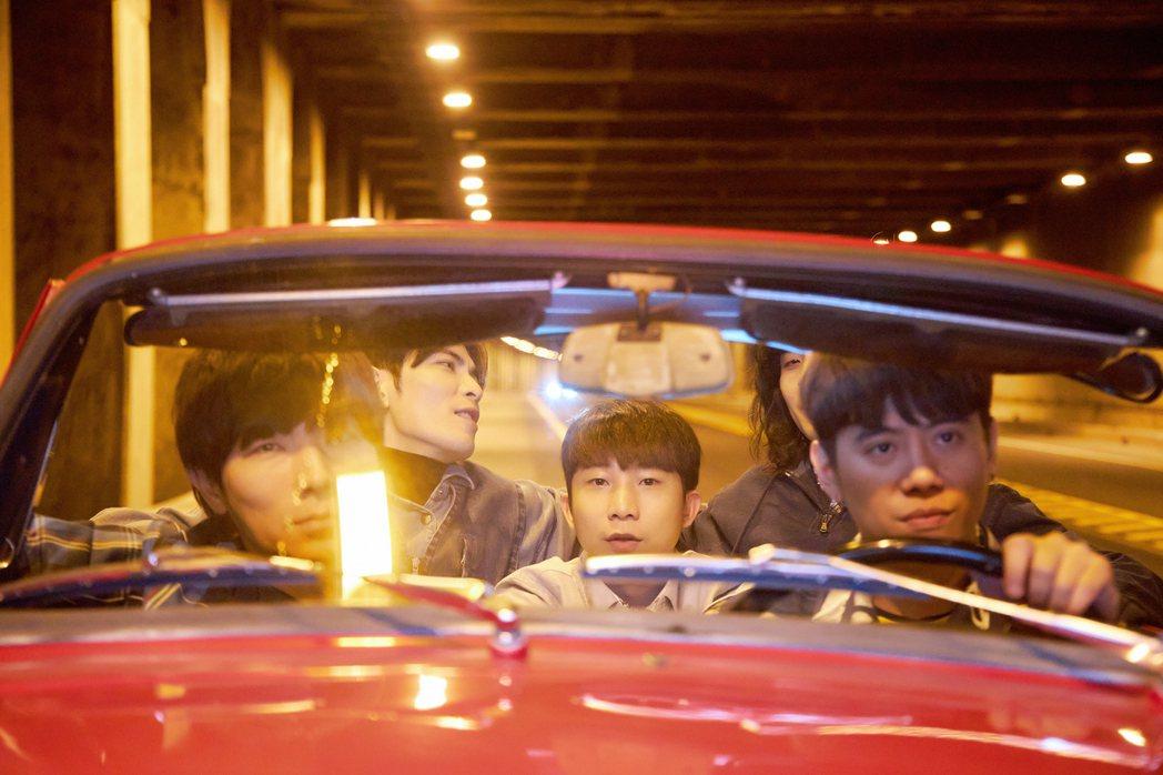 蕭敬騰的獅子特別租借古董敞篷跑車拍MV。圖/華納音樂提供