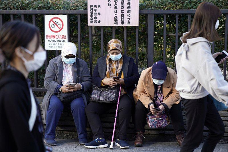 日本街道示意圖,非當事人。日本厚生勞動省今天公布4例境內感染武漢肺炎病例,包括80多歲女性、50多歲醫師、70多歲計程車司機及20多歲男性,其中80多歲女性成為日本首起死亡案例。 歐新社