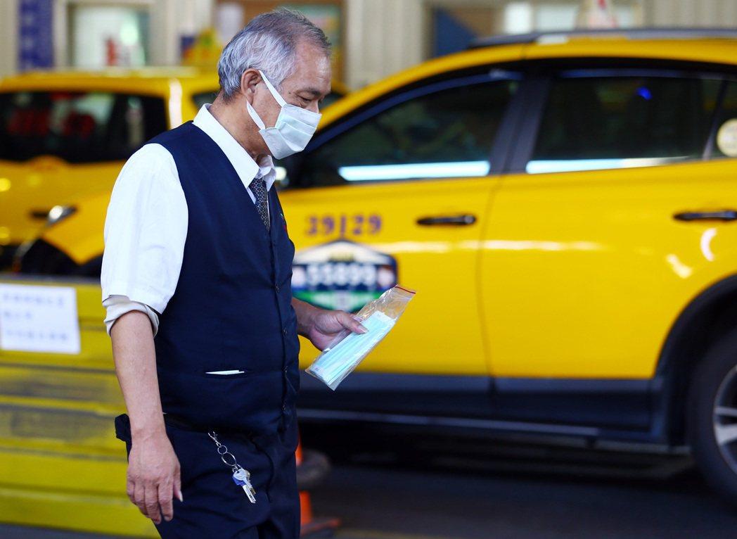 新冠肺炎讓不少民眾避免外出,商圈人潮、觀光財都減少,計程車駕駛生意也受衝擊。 記...