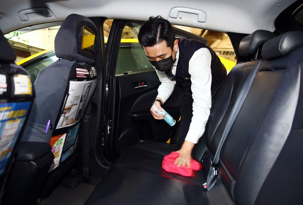 計程車駕駛指出,現在載客機會變少,還得買口罩使用、多消毒、開窗來自保。 記者杜建...