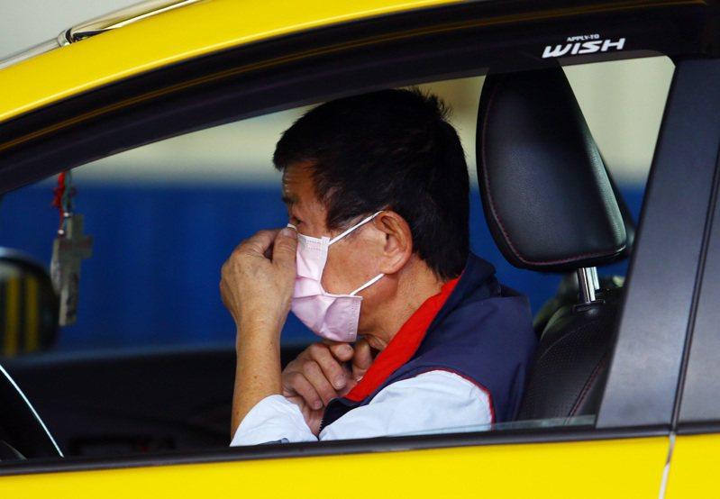 專家建議計程車司機應做適當保護,若沒有口罩時,載客得開車窗、保持通風。 圖/聯合報系資料照片