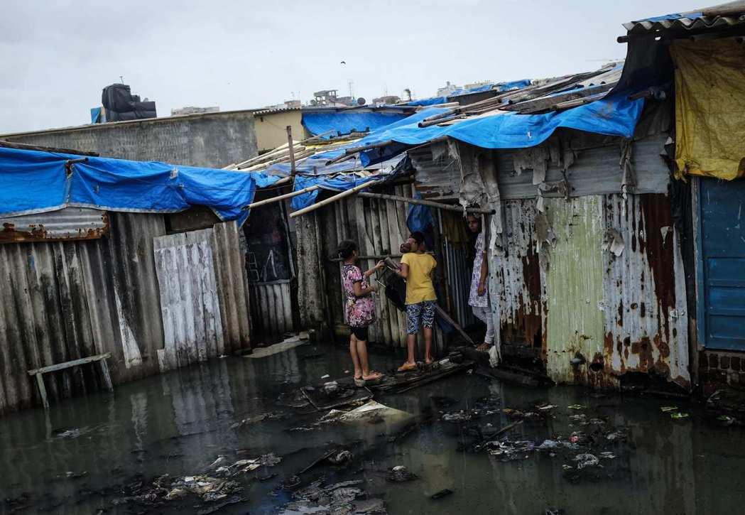 印度都市的貧民窟擁擠、破舊且髒亂,若有病患恐導致疫情爆發。 (路透)