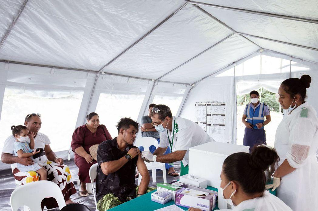 薩摩亞去年爆發麻疹疫情,造成83人死亡,圖為醫師為病人注射疫苗。 (法新社)
