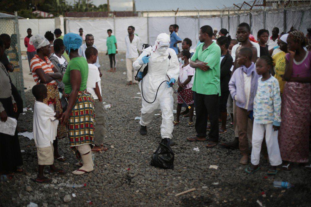 西非國家人民不信任醫護人員,生病也不願就醫,圖為2014年賴比瑞亞爆發伊波拉病毒...