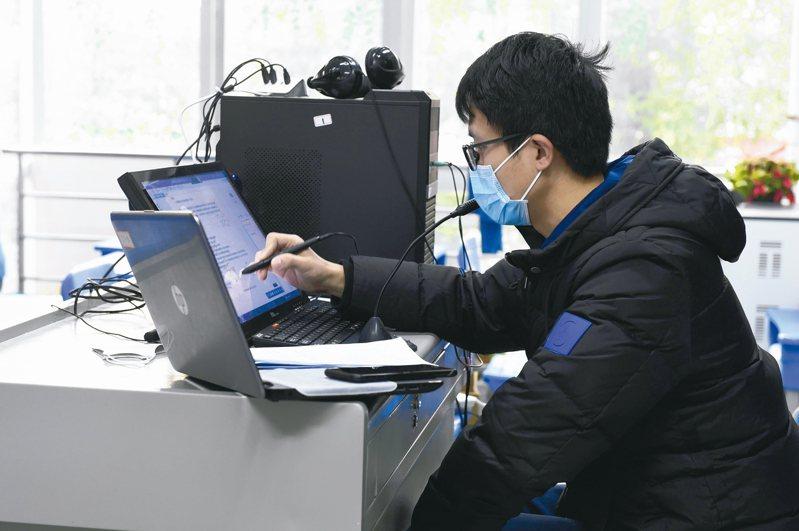 為了防止感染,大陸企業號召員工在家辦公,遠程辦公需求短期迅速增加,包括阿里旗下行動辦公應用「釘釘」、騰訊、華為都加大力度,搶進大陸遠程辦公市場。 新華社