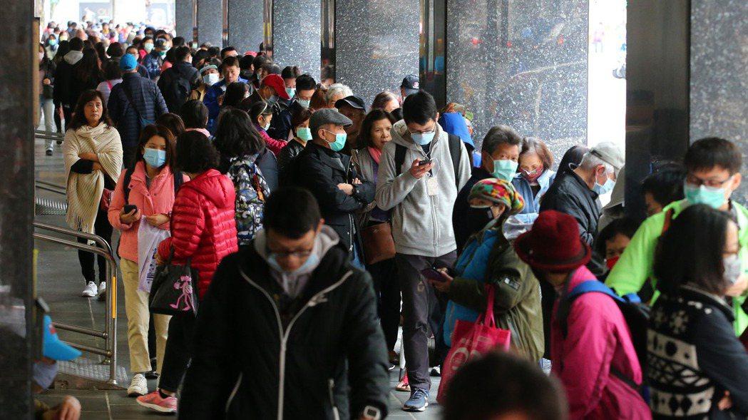 批發連鎖店「光南」上午免費發放50萬片口罩,鄰近台北車站門市前排隊人潮長達數百公...