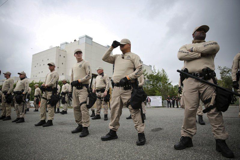 圖為白人民族主義者史賓塞到佛羅里達大學演說,州警嚴陣以待防範滋事。 美聯社