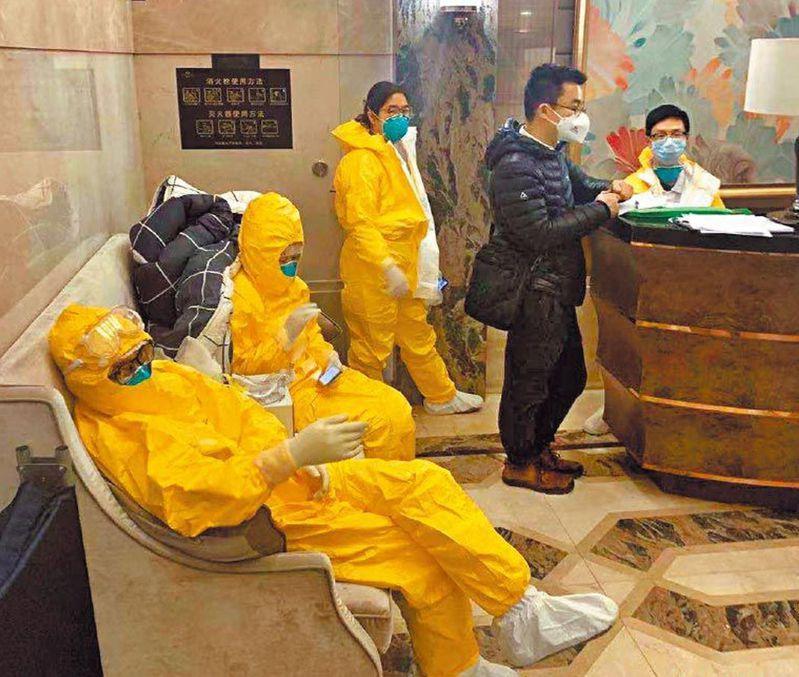 廣州保利天悅小區整棟樓爆發社區感染,防疫人員在大堂守候。 圖片來源/微博