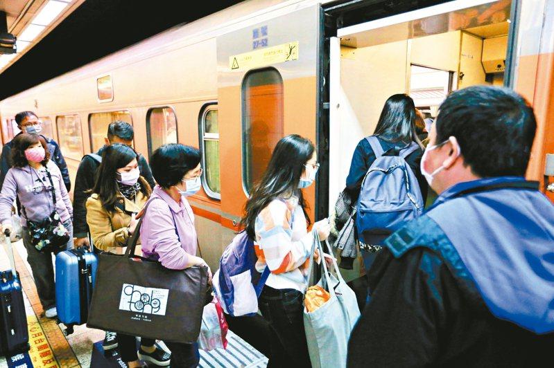 台鐵228和平紀念日連假車票今天凌晨開賣。 圖/聯合報系資料照片