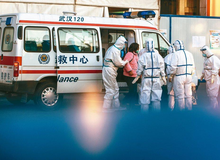 武漢疫情仍然嚴重,一名感染婦女12日被送到武漢運動中心改成的臨時醫院。 新華社