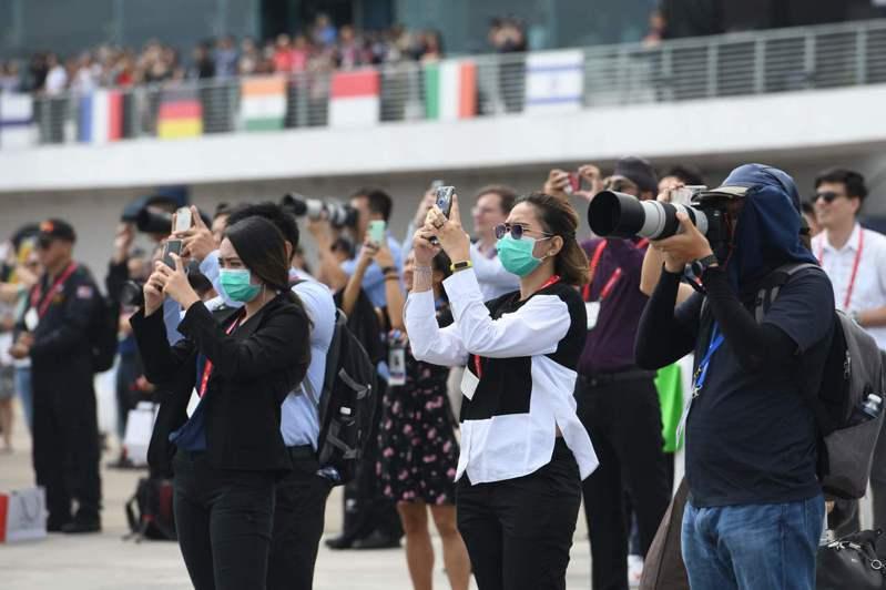 新加坡航空展雖受武漢肺炎影響規模縮水,仍展示最新軍火與航太科技,參展業者也提供軍火月曆等文宣留存紀念,其中,以色列航太公司贈送以公司標章包裝的口罩,最為搶手。 法新社