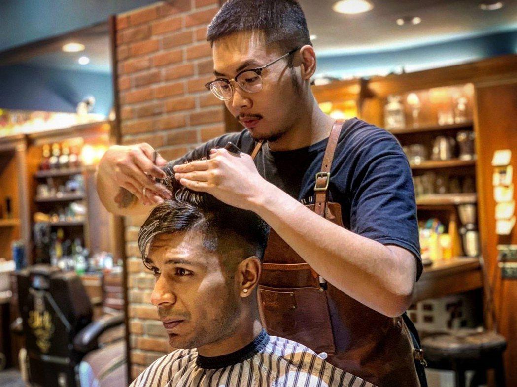 弘光美髮系學生康晉嘉實習期間考核通過具設計師資格。 弘光科大/提供。