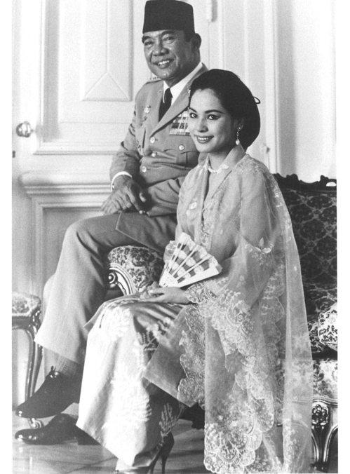 印尼前總統蘇加諾(左)與年輕時的黛薇夫人。