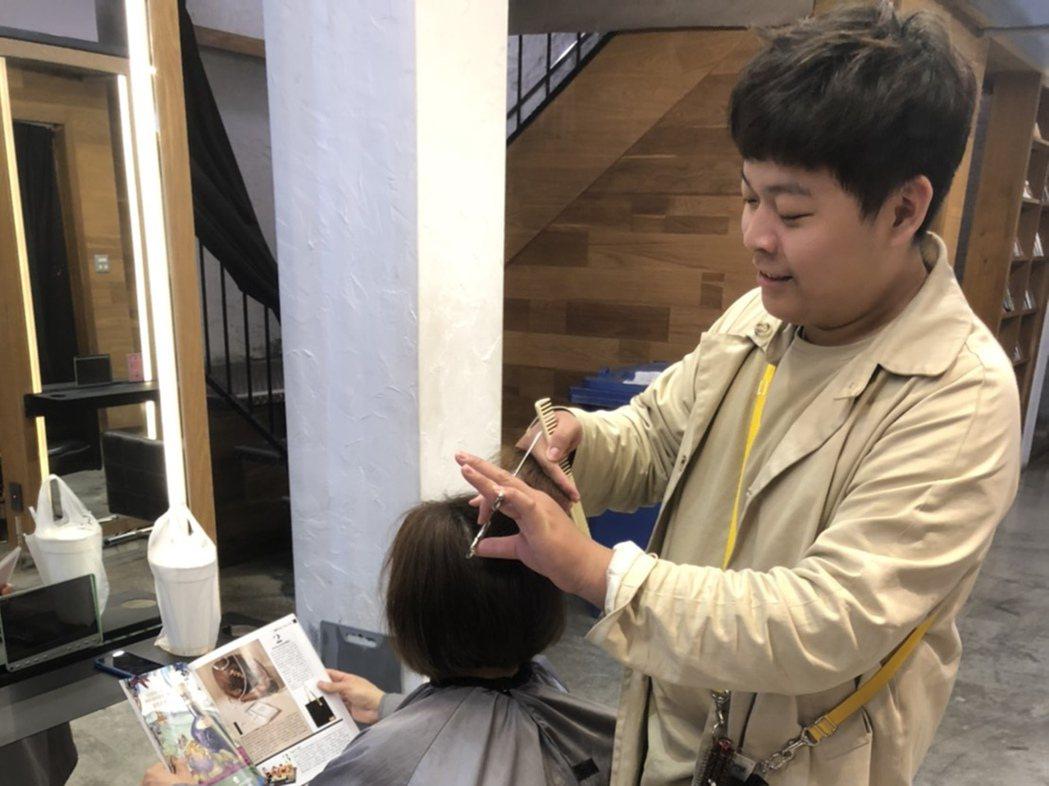 弘光美髮系學生謝晉維實習期間考核通過具設計師資格。 弘光科大/ 提供。
