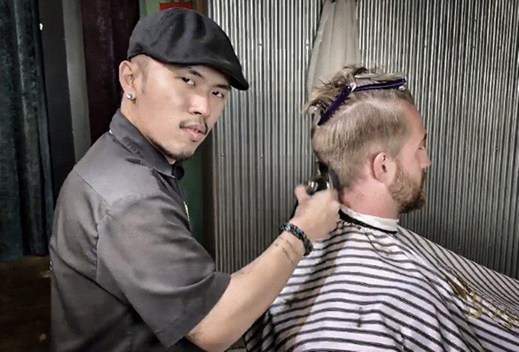 弘光美髮系學生盧君名實習期間考核通過具設計師資格。 弘光科大/提供。