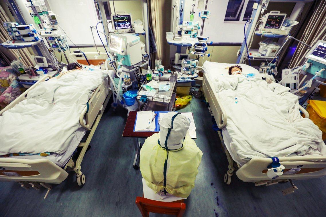 「單日死亡新高242人、暴增確診1萬4千例,怎回事?」 圖/歐新社