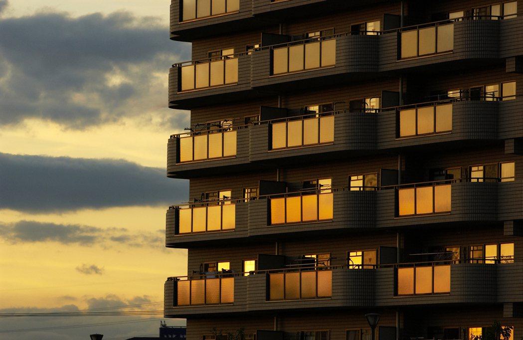 一名網友買了一間中古大樓,管委會有決議新住戶需先繳3萬元管理費,但每月仍然有管理...