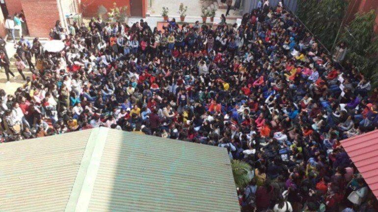 超過百位學生聚集抗議,並抵制上課,要求成立的事實調查委員會公開調查結果。圖擷自India Today