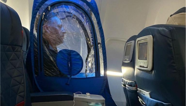 將原本用於運動賽事的「攜帶式帳棚」做為防疫用途,帳棚公司首席執行長里克在搭乘飛機時穿著自家產品引起話題。圖擷自<a href=