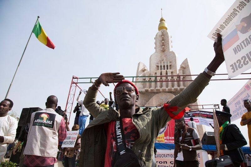 薩赫勒地區人民認為法軍沒有盡力反恐,只是利用機會駐軍,於是群起反法。 圖/法新社