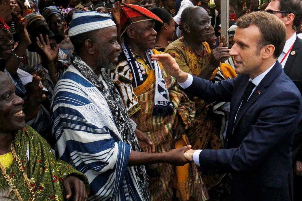 馬克宏拜訪象牙海岸阿必尚市。 圖/路透社