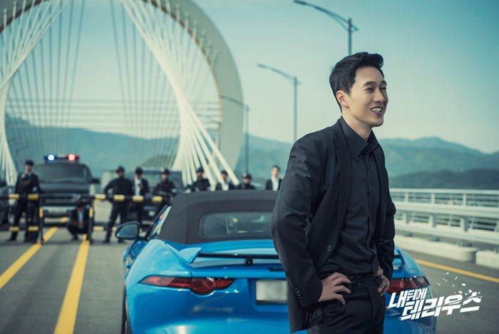 出現在韓劇《我身後的陶斯》中的Jaguar F-Type。 摘自MBC