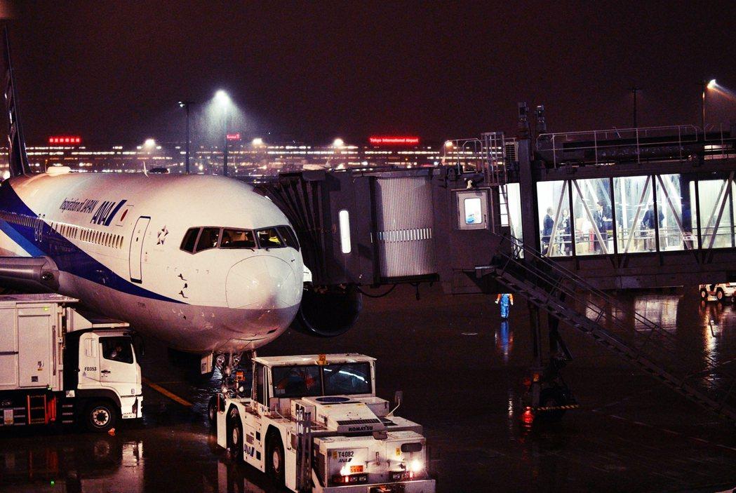 日本政府與中國交涉,最後以全日空ANA客機前往撤僑,至目前為止共飛航四架次,總共...