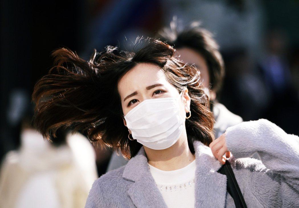 漢肺炎的狀況無時無刻都在變化,外務省呼籲旅居中國的日本人儘早回國。圖為近期因應武...
