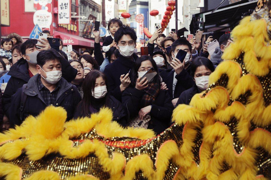 聽從WHO指示的日本,卻還搞到檢疫官染病,橫濱檢疫所的同事都得自主隔離,在疫情嚴...