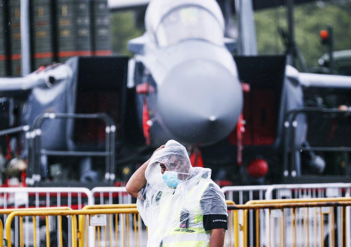 新加坡航空展,一名戴口罩的工作人員,在星國空軍的F-15戰鬥機前。 圖/歐新社