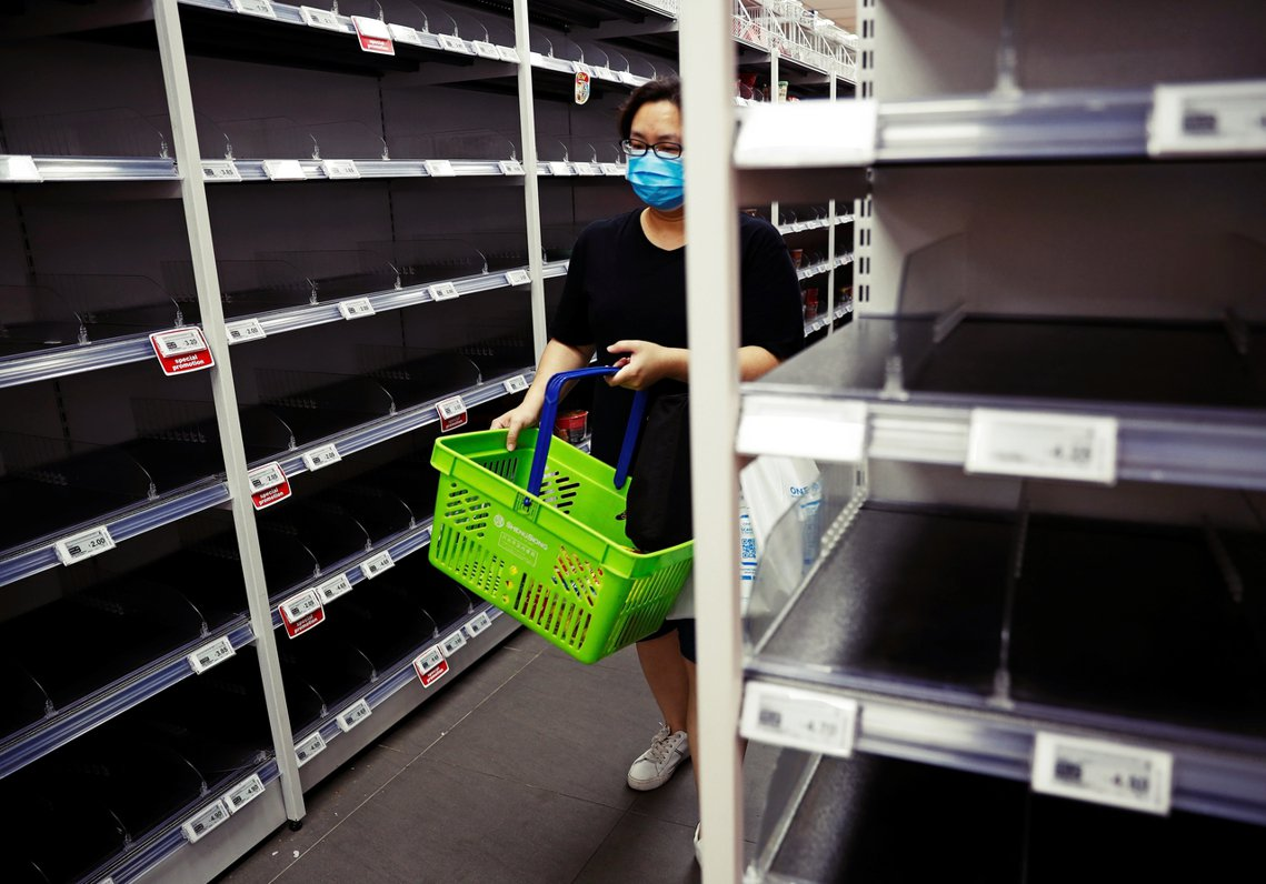 近期新加坡社會陷入恐慌物資採購潮。 圖/路透社
