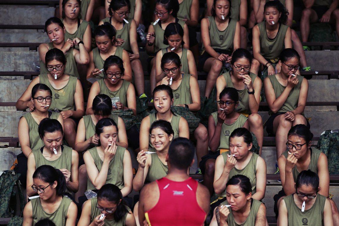 新加坡陸軍新兵新訓營為了防疫的每日量體溫。 圖/歐新社