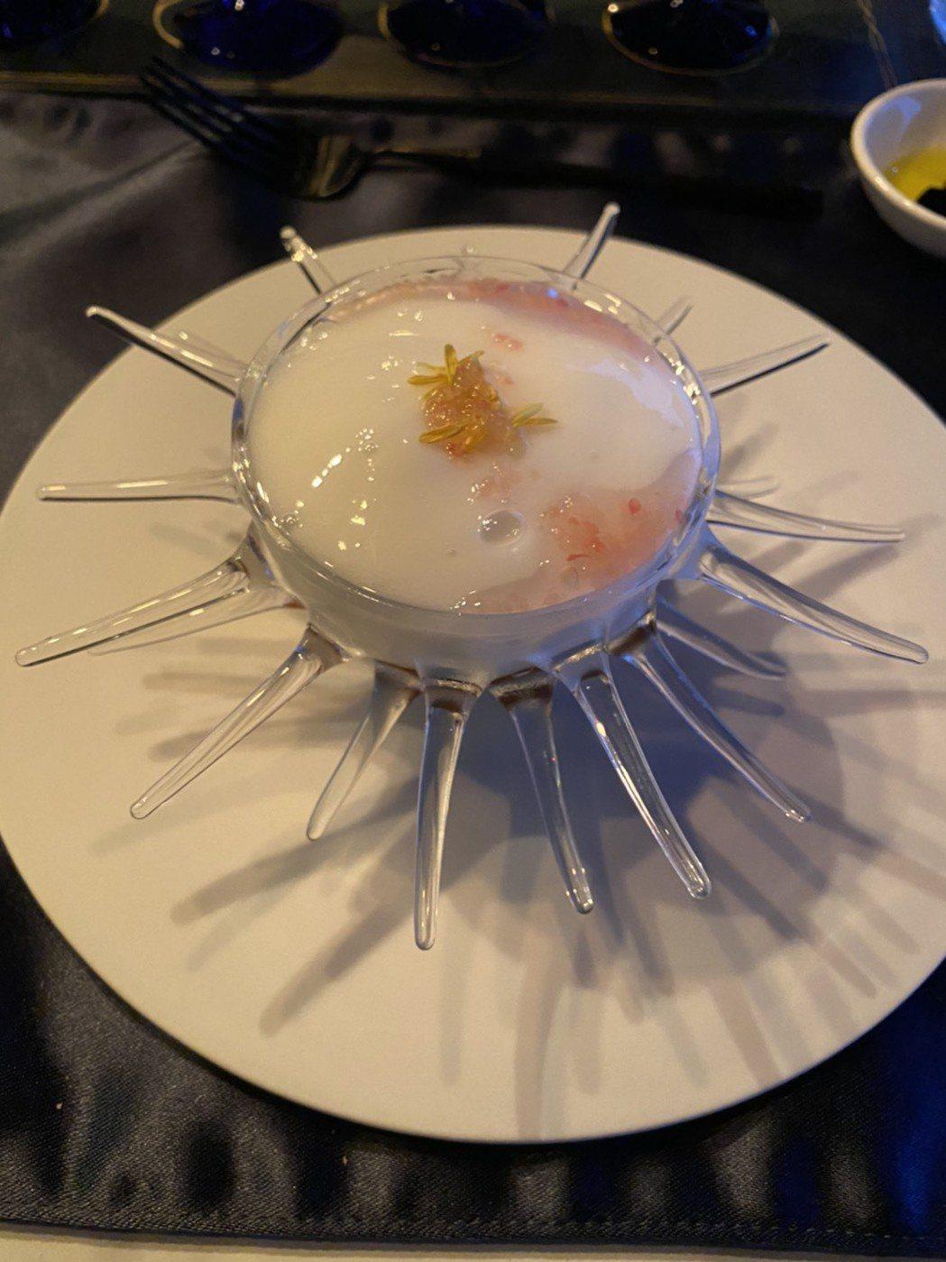 前菜即以響名於國際饕客間的「北海道干貝手指檸檬」上場,由澳洲進口、相當稀有的手...