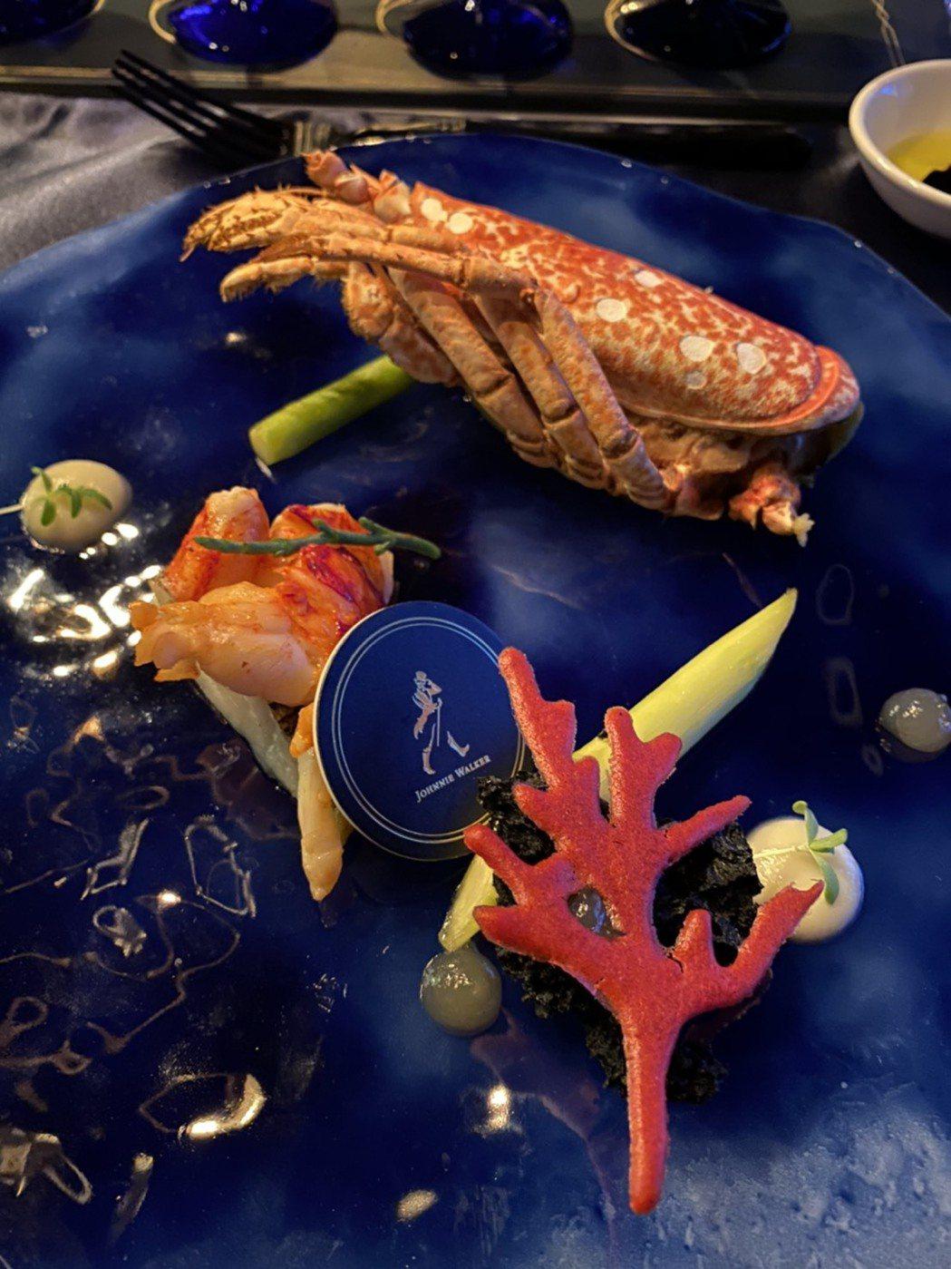 主菜部分更端出「布列塔尼藍龍蝦+奶油紅蝦燉飯」,精選罕見的法國布列塔尼藍龍蝦,透...